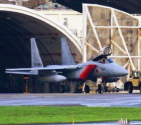 部品を落下した航空自衛隊那覇基地所属のF15戦闘機=26日午後5時ごろ、米軍嘉手納基地(読者提供)