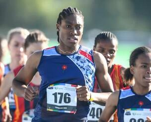 陸上の南アフリカ選手権女子5000mで走るキャスター・セメンヤ=15日、プレトリア(AP=共同)