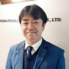 「旅行者にとっても、地元の人にとっても、ウィンウィンな企画を作りたい」と話す太田正一社長=東京・新宿の富士国際旅行社
