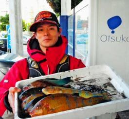 那覇一文字で33センチのアーガイを釣った平良亮さん=12月28日