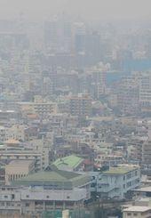 煙霧でかすむ那覇市街地=30日午後2時半、那覇市・首里城公園から県庁方面を望む