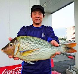 読谷海岸で50・6センチ、1・79キロのタマンを釣った仲宗根力さん=8日