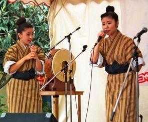 てるりん祭で島唄を披露する唄者たち=沖縄市中央パークアベニュー