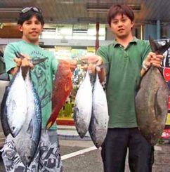 慶良間黒島で3・9キロのスマガツオなどを釣った石川清久さん(左)=3日