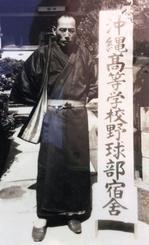 沖縄高監督時代の上里正光さん=1968年、兵庫県西宮市・池田旅館(提供)