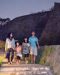 利用区域が拡大した園路で散策を楽しむ人たち=30日、那覇市・首里城公園