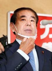 杉田水脈衆院議員との面会後、取材に応じる自民党の下村政調会長=30日午後、東京・永田町の党本部