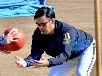 ボールを使ったトレーニングで体力強化を図るオリックスの比嘉幹貴=宮崎市清武総合運動公園