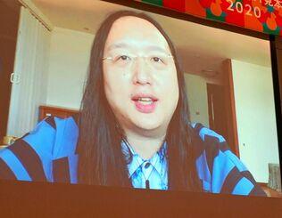 台湾でのデジタルイノベーションについてオンラインで講演するオードリー・タン大臣=31日、宜野湾市の沖縄コンベンションセンター