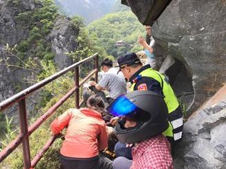 台湾花蓮県の太魯閣渓谷で、地震による落石で負傷した観光客を救助する当局者ら=18日(中央通信社=共同)
