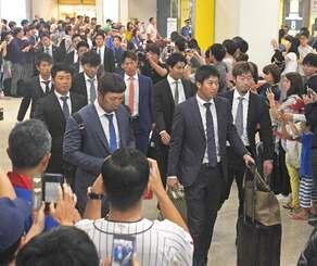 那覇空港に到着したヤクルトの山田哲人(前列中央)ら「侍ジャパン」=27日午前