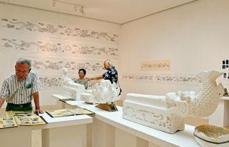 首里城などの復元を支えた仕事を展示している=3日、県立博物館・美術館県民ギャラリー