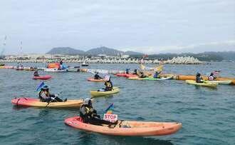 海上行動で新基地建設反対を訴える市民ら=21日、名護市辺野古の米軍キャンプ・シュワブ沿岸