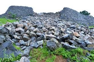 台風7号で崩れた世界遺産・今帰仁城跡の城壁=3日午後5時50分ごろ、今帰仁村今泊(下地広也撮影)