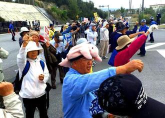 「仲間を返せ」とシュプレヒコールで抗議する市民=6日午前、名護市辺野古・米軍キャンプ・シュワブのゲート前