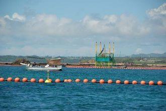 掘削のための準備を進める2台目のスパット台船=19日午前10時35分、名護市辺野古崎沖