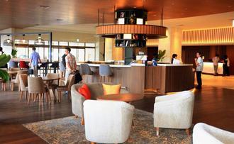 9月にオープンするノボテル沖縄那覇のフロント前の「グルメバー」=7日、那覇市の同ホテル