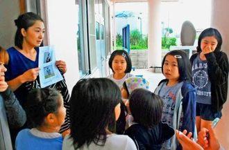 行方不明者の特徴を教えてもらった後で、捜索に出掛けた子どもたち=12日、うるま市昆布公民館