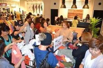 リニューアルで大勢の客が詰め掛ける店内=6日、サンエー那覇メインプレイス