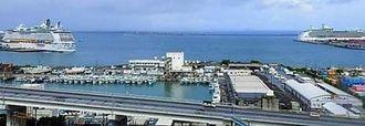 那覇港に同時寄港する大型客船(那覇港管理組合提供)