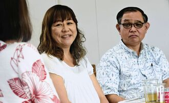 赤木雅子さん(左)と話す与那城千恵美さん(中央)と神谷武宏さん=14日、宜野湾市・緑ヶ丘保育園