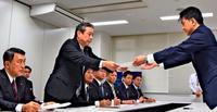 卒業式・入学式に「配慮を」 普天間の外来機騒音 宜野湾議会が防衛局などに抗議
