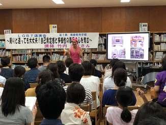 多様性や自己肯定感の大切さを話す竹内清文さん=6月29日、西原東中学校