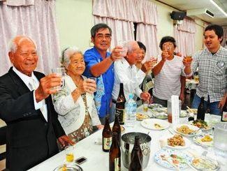 家族や親族と乾杯し、お祝いに感謝する亀濱さん(左)=宮古島市内のレストラン