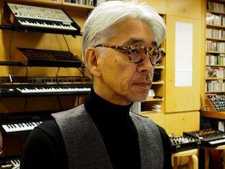 沖縄タイムスのインタビューに答える坂本龍一さん=11月12日、米国・ニューヨーク((c)2015 キャブ・アメリカ)