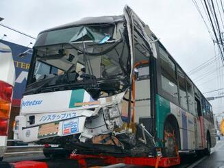 事故を起こし、レッカー車で運ばれる路線バス=18日午前10時15分ごろ、北九州市小倉南区