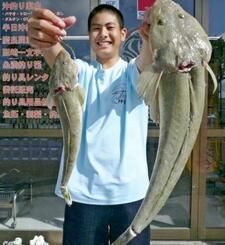 糸満海岸で60センチ、1.68キロのコチを釣った長嶺秀さん=22日