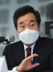 21日、ソウルで記者会見する韓国の与党「共に民主党」の李洛淵代表(共同)