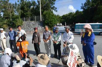 抗議集会であいさつをする「ちゅら海を守り、活かす海人の会」のメンバーら=10日午前、名護市辺野古