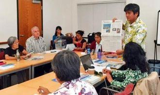 カリフォルニア州バークレー市議会議員らとの会談で名護市辺野古新基地問題について説明する東恩納琢磨市議(右)