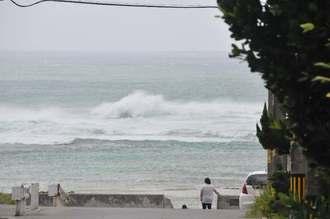 台風8号の影響で大しけとなる海=10日午前10時29分、石垣市大浜