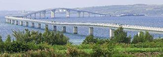 宮古島側から見た全長3540メートルの伊良部大橋。夢の大橋の完成に宮古圏域発展の期待がかかる。奥に伊良部島が映る