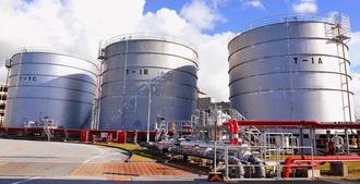 航空機燃料を備蓄するタンク=26日、那覇市鏡水