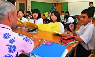 企業との商談で、商品イメージを伝える生徒たち=5日、大宜味中学校