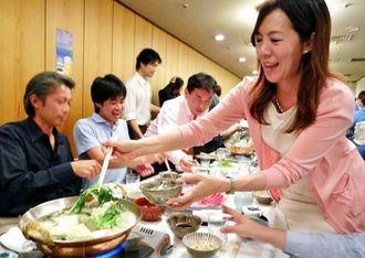県産食材の料理を楽しむ参加者ら=日本料理いらか銀座店