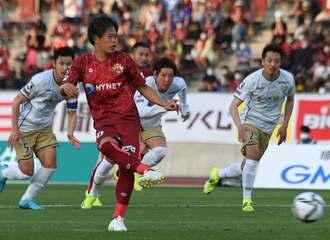 琉球―東京V 後半23分、琉球のMF富所悠がPKで2点目を決める=タピック県総ひやごんスタジアム