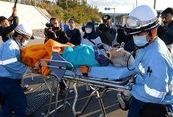 県警とのもみ合いで頭を打ち、病院に搬送される80歳の女性=1月15日、名護市辺野古