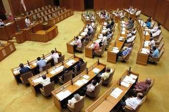沖縄県名護市数久田の「流弾」に関する抗議決議と意見書の両案を全会一致で可決した沖縄県議会=6日