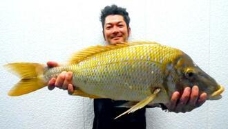 伊計海岸で75センチ、4.27キロのタマンを釣った前濱健一さん=6月30日