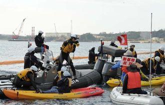抗議のカヌー隊を拘束する海上保安官ら=30日午前9時35分、名護市辺野古沖