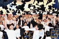 空舞う制服、学びや巣立つ 沖縄 高校生14000人が卒業