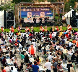 オリオンビアフェストin台湾2日目は夕方からほとんどの席が埋まり多くの人でにぎわった=19日、台湾・統一阪急百貨店2階「夢広場」