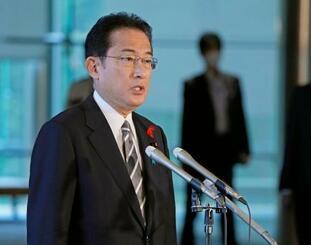 記者団の取材に応じる岸田首相=14日午前、首相官邸