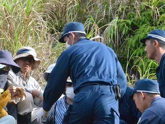 米軍北部訓練場から出てきた市民を拘束しようとする機動隊員ら=17日、東村高江・N1地区表ゲート付近