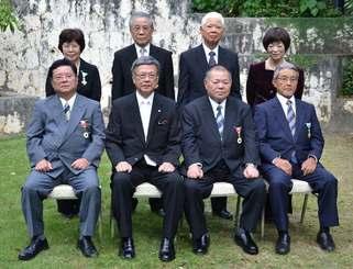 翁長雄志知事(前列左から2人目)と秋の叙勲受章者=7日、那覇市の知事公舎