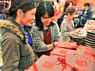 チョコレートを選ぶ女性客ら=13日午後、那覇市・サンエー那覇メインプレイス